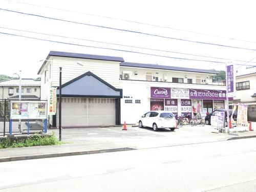 陣馬街道沿い。1Fにカーブス八王子恩方店がある建物の2階にあります