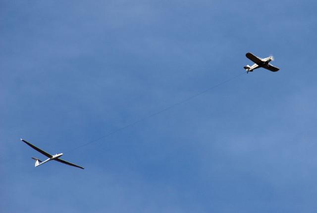 プロペラ機に牽引されるグライダー